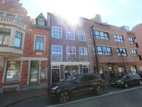 Gezellig appartement in een kleine residentie met open zicht over het Alfred Verweeplein, in het centrum van Knokke. Indeling: woonkamer met open voll