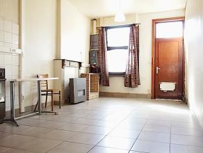 Deze woning bestaat op het gelijkvloers uit een leefruimte, badkamer (toilet, douche, wastafel) en eerste slaapkamer. Op de verdieping is er een overl