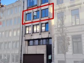 Ruim appartement te huur nabij het station van Aalst. Dit appartement is gelegen op de derde verdieping en bestaat uit een inkomhal, apart toilet, 2 r