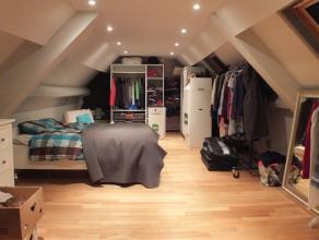 Ruim duplex-appartement in het centrum van Aalst! Dit appartement bestaat uit een inkomhal, berging, toilet, ruime leefruimte, ingerichte keuken ( ove