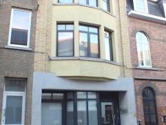 Volledig vernieuwde opbrengsteigendom in het centrum van Aalst! Dit gebouw  bestaat op het gelijkvloers uit een inkomhal, ruime leefruimte, open geins