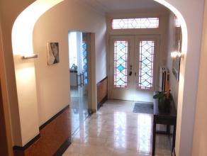 Dit prachtig herenhuis met art-deco elementen  werd recent volledig vernieuwd en bestaat op het gelijkvloers uit een mooie inkomhal met aansluitend tr