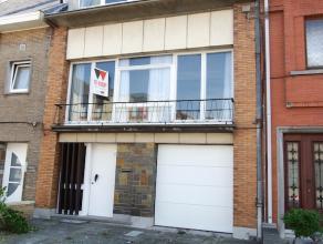 Grote woning, type bel-etage, te koop nabij het OLV-ziekenhuis. Deze woning bestaat op het gelijkvloers uit een inkomhal, garage met automatische poor