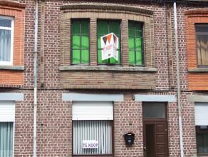 Gezellige woning te koop aan de stadsrand van Aalst. Deze woning omvat een inkomhal, grote living met aansluitend keuken met grote lichtkoepel. De keu