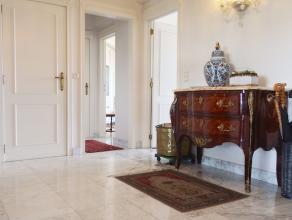 Instapklaar luxe-appartement met een bewoonbare oppervlakte van 150m2 ! Dit appartement op de zevende verdieping bestaat uit een inkomhal, enorm ruime