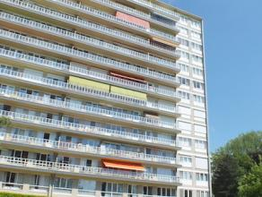 Dit appartement is gelegen op de vierde verdieping in een gebouw met lift. Het appartement bestaat uit een inkomhal, keuken, ruime leefruimte met prac