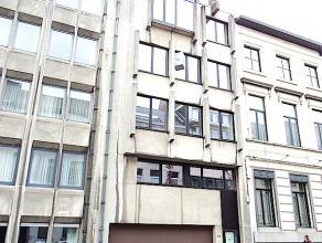 Ruim appartement nabij het station van Aalst ! Dit appartement is gelegen op de vijfde verdieping en bestaat uit een inkomhal, apart toilet, 2 ruime s