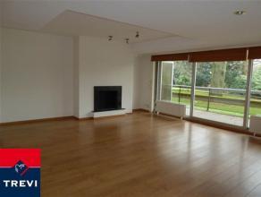 Laeken, dans domaine privé face au parc Sobieski, situé dans petit immeuble, magnifique appartement entièrement rénov&eacu