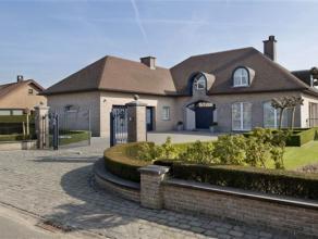 Deze prachtige, hedendaagse villa (405m² bew.opp) is gelegen in het landelijke Mollem (Asse), makkelijk bereikbaar via toegangswegen. De villa (b