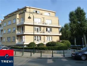 Laeken, quartier Pagodes, dans petite construction, bel appartement de 105m² composé: hall d'entrée avec vestiaire, living 28m&sup2