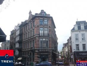BRUXELLES, idéalement situé sur la Place du Sablon au sein d'un très bel immeuble, agréable appartement de 70m² habit
