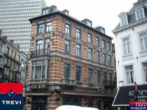 BRUXELLES, idéalement situé sur la place du Sablon, superbe appartement de 70m² habitables au 2ème étage. Parquet par