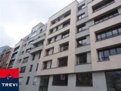 BRUXELLES, Centre, au 5ème et dernier étage d'un immeuble neuf, bel appartement de 114m² habitables. Parquet partout. Il se compose