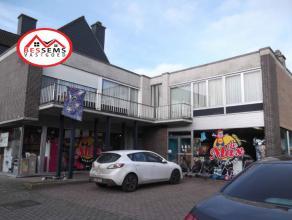 Dendermonde:Op toplocatie in Dendermonde en niet ver van Buggenhout hebben wij een zeer ruim handelspand met magazijn te koop. De totaal oppervlakte z