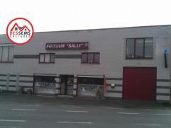 Hamme-Zogge: Te Hamme-Zogge hebben wij deze ruime woning met handelsgedeelte te koop op een toplocatie met parking voor het pand. Het pand zelf bestaa