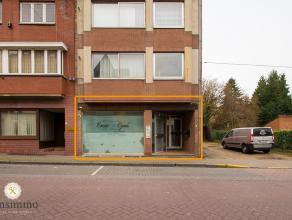 Deze commercieel goed gelegen handelsruimte van 55 m² ligt in hartje Genk, op wandelafstand van de Shopping 3 en het stadsplein. Openbaar vervoer