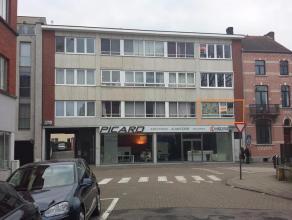 Gelegen op één van de belangrijkste invalswegen naar Hasselt centrum vinden we dit prachtig vernieuwd appartement terug. Men bevindt zic