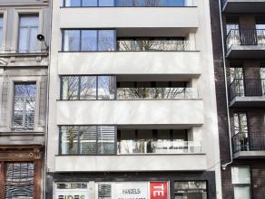 Het gebouw bestaat uit een commercieel gelijkvloers en 6 appartementen. Alle appartementen werden volledig gerenoveerd, alsook de gemene delen van he