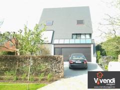 Deze ruime luxe villa bevindt zich in een rustige doodlopende straat te Oelegem.  De instapklare woonst beschikt over een ruime inkomhal, zithoek, ee