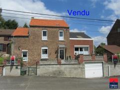 Au calme, mais à proximité de l'E42 et E40, venez découvrir cette agréable maison villageoise à confortabiliser ave