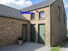Idéalement situé entre Hannut, Waremme et Huy, ce récent (1999) appartement 1 chambre avec cuisine équipée ouverte