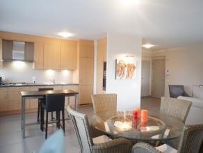 Prachtig ruim gerenoveerd appartement ca. 100 m² op de 2de verdieping van het appartementsgebouw. Men komt binnen in het appartement in een inkom