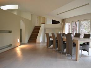 Op een perceel van ca. 4.277m² bevindt zich deze prachtig gerenoveerde villa met een bewoonbare oppervlakte van ca. 338 m² . De inkomhal met
