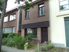 Volledig te renoveren woning op groot perceel ca.300 m² met drie slaapkamers. Indeling: inkomhal, keuken, ruime living, badkamer, tuin (25m diep)