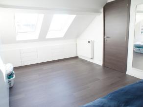 Charmante en volledig gerenoveerde eengezinswoning met drie slaapkamers te Wilrijk! Indeling: inkomhal met apart toilet, leefruimte met veel lichtinva