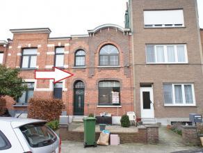 Leuke eengezinswoning met drie slaapkamers en stadstuin te Wilrijk! Indeling: inkomhal, leefruimte, keuken, apart washok en badkamer. Bovenste verdiep