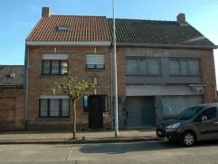 Deze ideaal gelegen woning is reeds gedeeltelijk gerenoveerd en omvat op het gelijkvloers: : een ruime inkomhal, luchtige living met aansluitend een e