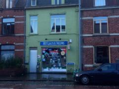 Krantenwinkel met ruime woonst te koop. De winkel en de woonst zijn verhuurd aan de huidige uitbaters. Winkeloppervlakte van 50m2, woning met ruime li