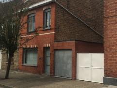 Deze woning heeft een vlotte bereikbaarheid naar de autostrade en is gelegen vlakbij het centrum van Sint-Michiels. Bestaande uit een inkomhal met ves
