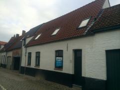 Deze volledig gerenoveerd woning is gelegen op een zucht van het bruisende centrum van Brugge. Bestaande uit : een inkomhal, ruime living met aansluit