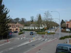 Instapklare en volledig gerenoveerde rijwoning, centraal gelegen in het centrum van Sint-Kruis met zonnige zuidgerichte tuin. Indleing : Inkom met gas