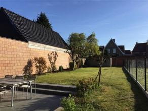 Instapklare GEZELLIGE woning met een PRACHTIGE zonnige tuin. Op een terrein van 354m² en met oprit naast de woning. Indeling : Inkomhal - KNUSSE