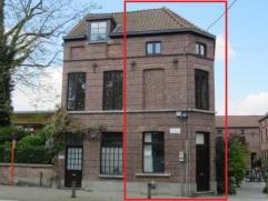 Deze ruime, charmante stadswoning is gelegen aan een gerenoveerd 19de eeuws woonerf aan de rand van de Gentse binnenstad. De woning ligt rechtover een