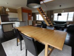 Dit ruim appartement van maar liefst 160 m² is uitstekend gelegen in het handelscentrum van Sint-Amandsberg en omvat een grote aparte inkom op de