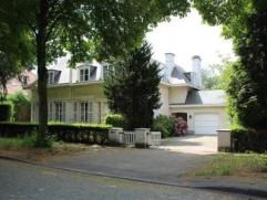Deze klassevolle villa is gelegen in een magnifieke residentiële buurt net buiten de stadsrand. In de onmiddellijke omgeving is er openbaar vervo
