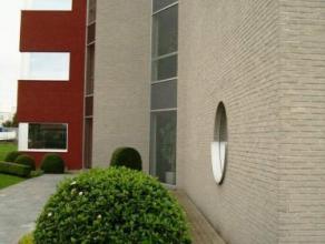 Modern, kwalitatief afgewerkt en vrijstaand kantoorgebouw op een steenworp van de A12 in Londerzeel. Mooie kantoorruimtes met verschillende oppervlakt