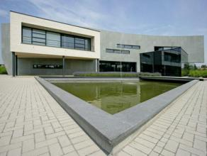 Nieuwbouwkantoren in stijlvol gebouw aan Leuvense Vaart. Moderne architectuur met veel lichtinval. Mogelijkheid tot gebruik van multimedia-vergaderzal