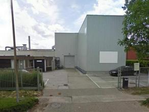 Industrieel gebouw te huur in de industriezone van Londerzeel. Bestaande uit magazijn, mezaninne, kantoren en ruim verhard terrein naast het gebouw. H