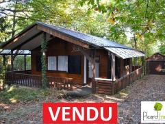Barvaux-sur-Ourthe (Durbuy), chalet 2 chambres de plain-pied avec garage sur parcelle de 1.794 m². Le bien est en excellent état d?entreti