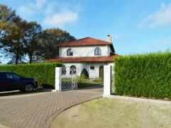 Deze prachtige Spaanse villa is gelegen op een stuk grond van bijna 10 are en werd tot in de puntjes afgewerkt. De villa is gelegen in een zeer rustig