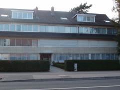 Ruim appartement achteraan gelegen op de derde verdieping omvat: Indeling: Onderaards: Overdekte autostaanplaats en individuele kelder. 3de verdieping