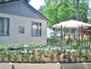 """Deze vrijstaande vakantiewoning of chalet is gelegen in een bosrijke omgeving op het domein """"Sparrendal"""". Op deze terrein is er een buitenzwembad van"""