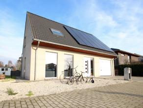 Prachtige nieuwe veranda (december 2015, firma WILLEMS) en grote zonnepanelen installatie ! Deze leuke en aangenaam gelegen woning staat op een ideaal