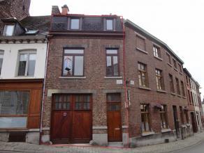 MONS : Située au cur du centre Montois, charmante maison bel étage avec garage. Celle-ci comprend au rez-de-chaussée, un hall d'e