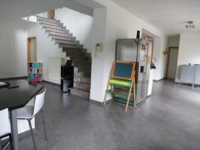 Dès la porte d'entrée franchie, vous succomberez au charme de cette vaste maison entièrement rénovée avec goû