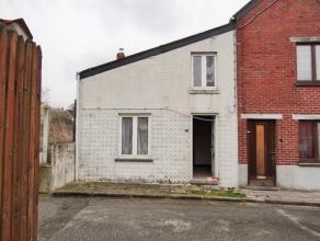Maison à rénover au calme avec plans et permis de construire! Rez de chaussée de 4 pièces + une grande cour et jardin. Au